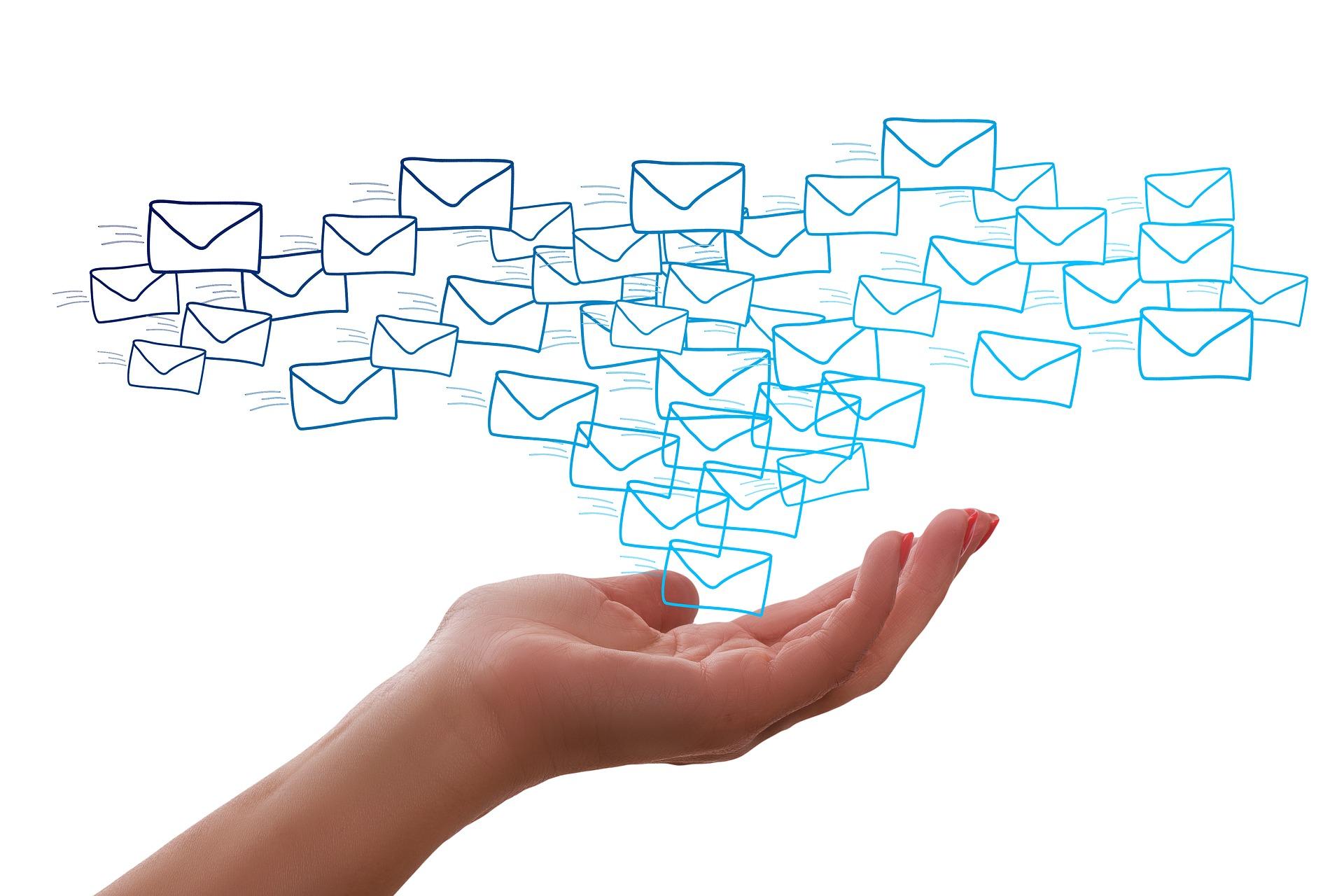 大量のメールを送っている画像